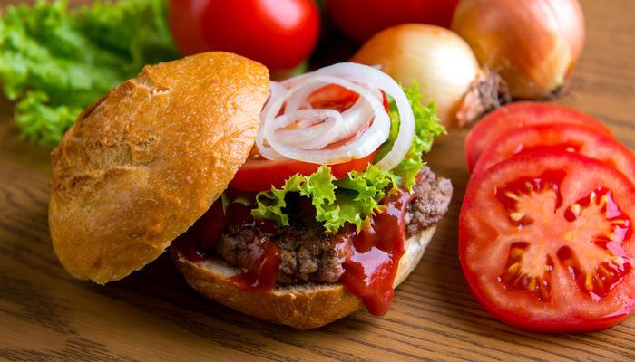 Hamburger med grønnsaker og ketchup