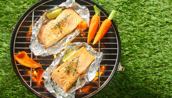 Fisk i aluminium på grillen