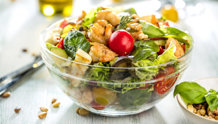 Salat med byggris og scampi